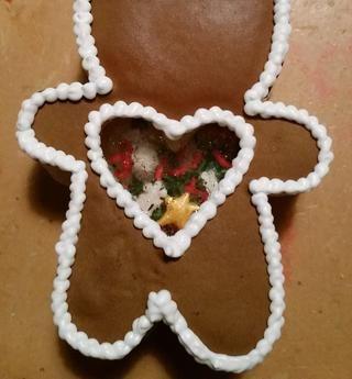 Terminar decorando el pueblo de galletas con los detalles. Coloca los diferentes colores glaseados reales en mangas de repostería con consejos y decorar hasta que su contenido :) Mira qué lindo!