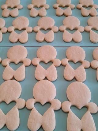 Coloca los hombres de galletas en una estera de silicio. Vierta el, claro, mezcla piruleta caliente en 1 corazón por porción (recuerde 3 galletas por porción-2 cortadas corazón outs hombres y un hombre sólido) Dejar enfriar por completo.