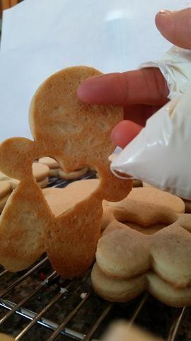 Derretir el caramelo se derrite de acuerdo con el paquete y lo puso en una bolsa. Recortar extremo y con un corazón no piruleta lleno, la línea de la parte posterior de la galleta con el caramelo derretido y péguelo a la galleta del hombre de sólida