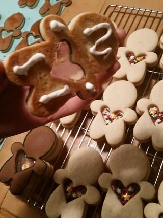 Llene la mitad inferior de las galletas con chispas de vacaciones. Cuando se secan las galletas de las ventanas, utilizar las obleas dulces derretidos para pegar esta parte de la cookie en la cima de él espolvorear fondos llenos.