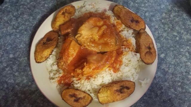 Sirva sobre arroz con plátano frito