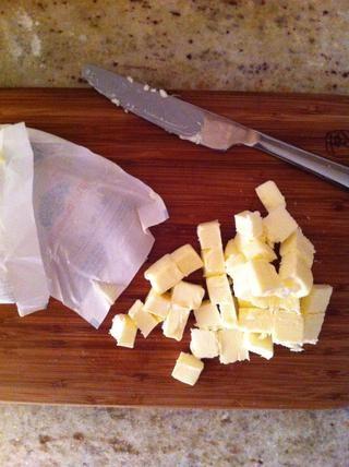 Cortar la mantequilla fría en trozos pequeños.