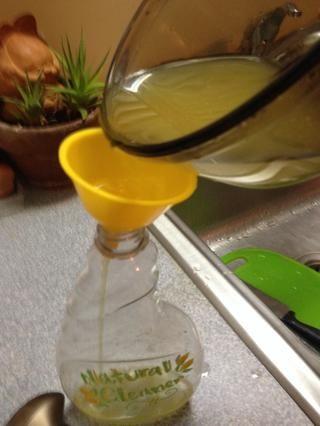 Use un embudo para transferir solución en botella de spray nuevo o limpio.