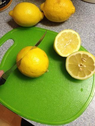En primer lugar, lavar los limones cortados por la mitad y luego