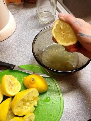 Entonces Exprima el jugo en un recipiente a mano si exprimidor no está disponible. Asegúrese de hacer rodar el limón, mientras que la mano apretando obtener la mayor cantidad de jugo posible
