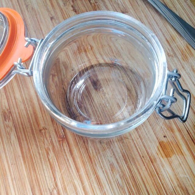 Prepara tu jarra y verter en su mezcla casera.