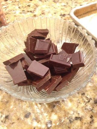 Romper la mitad restante de la barra de chocolate en pedazos y microondas durante un minuto.