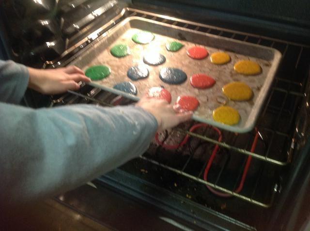 Luego, cuando el horno se hace de precalentamiento poner las bolas en el horno. Y esperar 10 minutos para llevarlos a cabo.