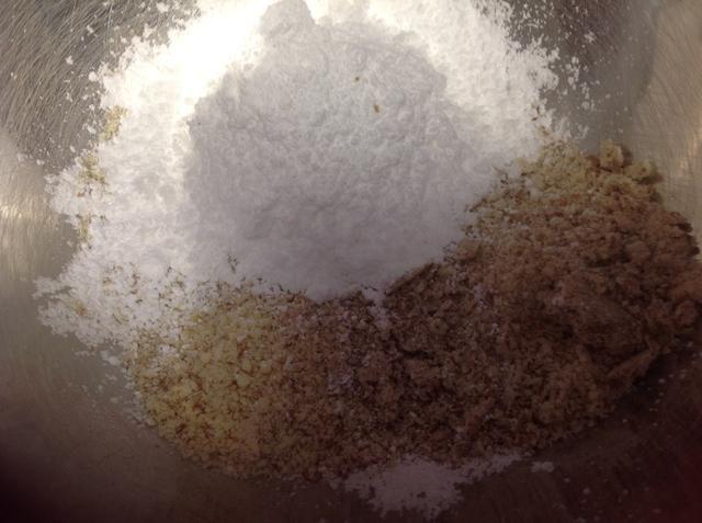 A continuación, agregue el azúcar en polvo a las almendras.