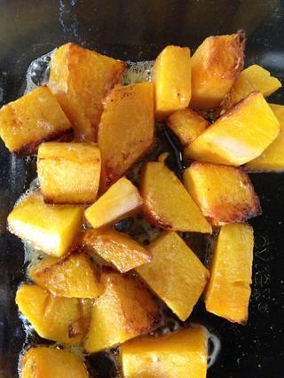 Cocine durante 20-30 minutos, revolviendo ocasionalmente. Los bordes deben marrón / caramelizar un poco, y deben ser lo suficientemente suave para triturar con una cuchara de madera.