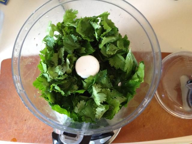 Ponga en su perejil y cilantro ...