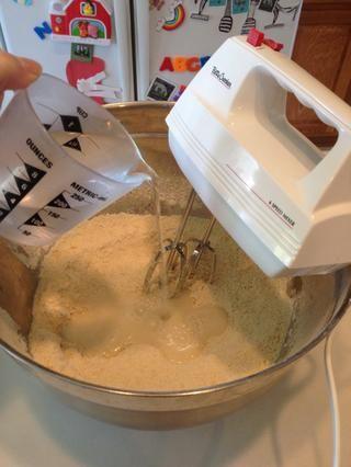 Agregue el agua caliente del grifo de una sola vez y continuar mezclando.