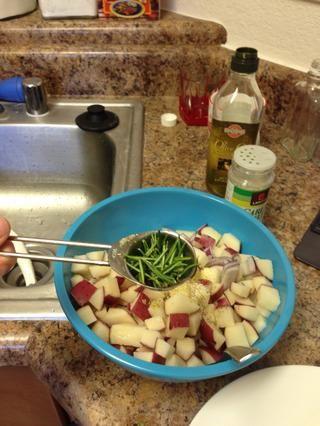 Añadir 1 cucharada de romero y 1 cucharada de ajo sal o ajo en polvo y mezclar bien.