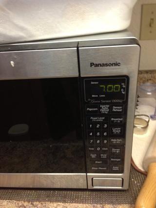 Este es el secreto para cocinar bien las patatas. Lanza las patatas en el microondas durante 7 minutos.