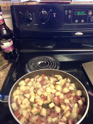 Si te gusta el romero, agregar 1 cucharada más en las patatas. Cocer las patatas hasta que estén un marrón de oro (unos 20 minutos).