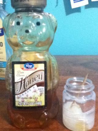 Agregar la miel a la vaselina fundida