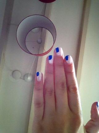 Hacer con el nailartpen azul (o striper, consulte el paso 1) un cuadrado en la esquina superior izquierda de las uñas
