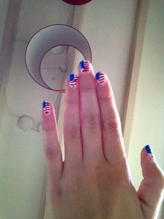 Hacer con el striper roja (o nailartpen, ver 1 paso) rayas (ver la imagen de lo que sabes lo que quiero decir -))