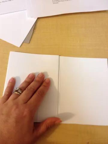 Voltear todo el asunto una y levanta la solapa sola vuelta para cumplir con el borde de la tapa de la izquierda. Esto le dará a sus páginas de acordeón.