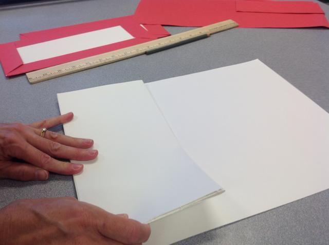 Paso 9: Doblar la duración de su papel en una pila de acordeón que cabe dentro cubre el libro.