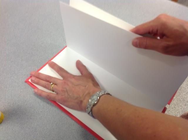 Paso 10: Pegue el primer pliegue de acordeón en la cubierta interior de su libro, al ras con la parte exterior del libro. Esto se hace mejor con una barra de pegamento.