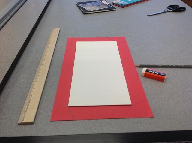 Dibuja pestañas alrededor de los lados de cada pieza cartulina que son 1 1/2 pulgada de profundidad y son trapezoidal.