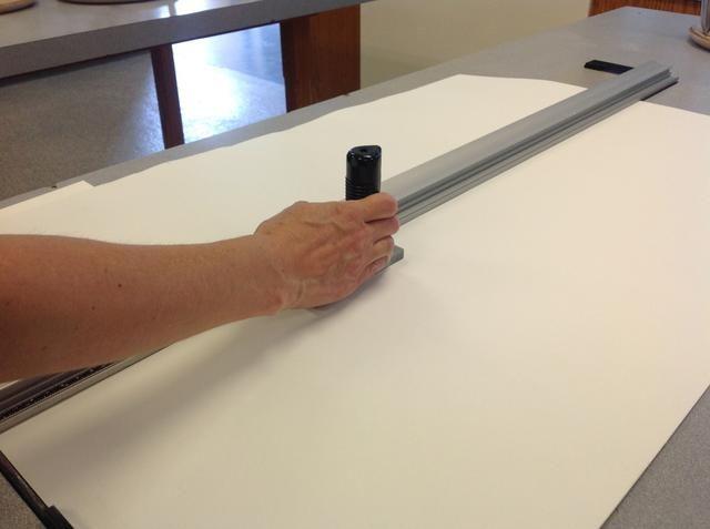 Cortar una tira larga de papel que se convertirá en sus páginas.