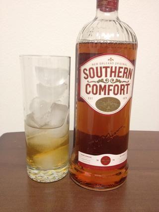 Vierta 1 1/4 onzas (un tiro) de Southern Comfort en el vidrio con el vodka.