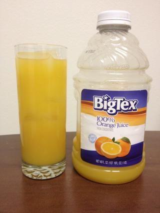 Rematar el vaso con jugo de naranja.