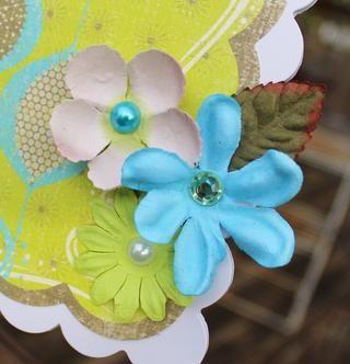 añadir un trío de flores y una hoja en la parte inferior derecha del portapapeles.