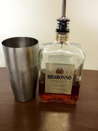 Añadir 1 1/2 onzas (un tiro) de su licor de Amaretto favorito.