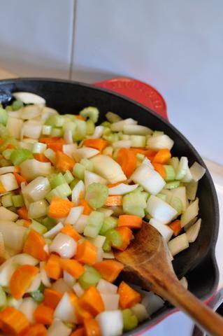 Añadir las zanahorias, el apio y la cebolla a la sartén.