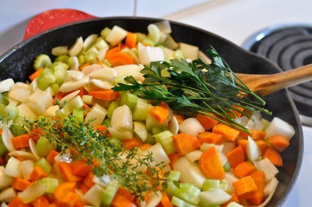 Agregue el tomillo, el perejil, champiñones, hojas de laurel, el ajo y la pasta de tomate.