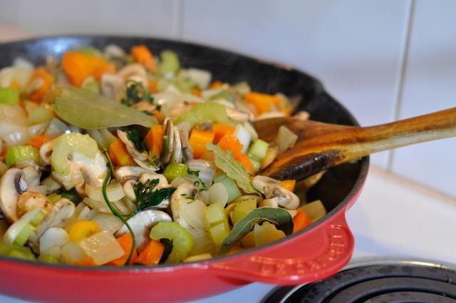 Mezcle todo junto. A fuego medio-alto, cocinar las verduras hacia abajo hasta que's deeply caramelized, about 35-40minutes, with an occasional stir. If your pan dries out, add a touch more butter.