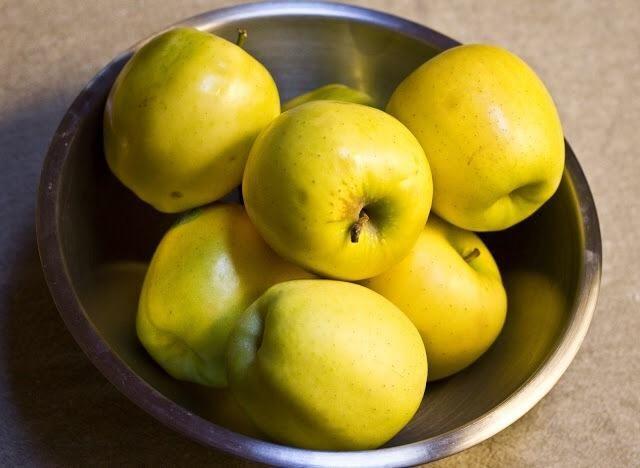 Peel, núcleo y cortar las manzanas. Mezcle las manzanas en rodajas en el de azúcar 3 cucharadas de canela 1/2 cucharadita de cardamomo y la mezcla de media cucharadita hasta que