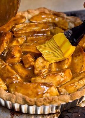 Sacarlo del horno y cepillar las manzanas con un poco de la salsa de caramelo caliente.