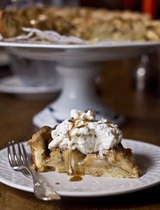 Serví la tarta con crema batida sin azúcar y un chorrito de salsa de caramelo caliente.