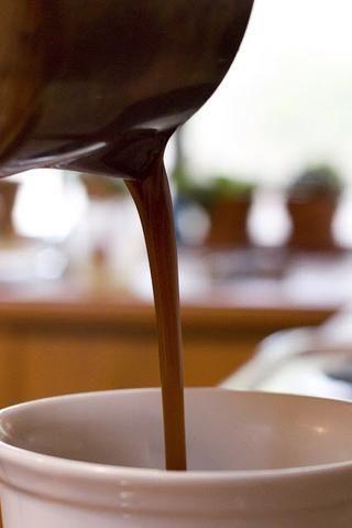 Hervir la mezcla hasta que el caramelo se espese lo suficiente como para cubrir una cuchara densamente. Batir ofetn. Esto debe tomar unos 10 minutos más o menos.