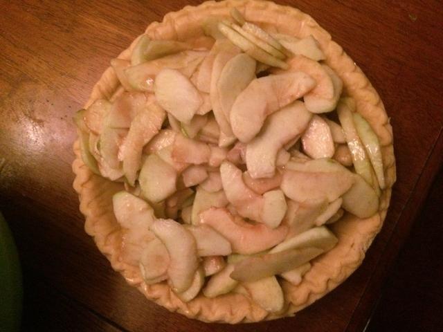 Vierta las manzanas recubiertas en la corteza de pastel pre-hechos.