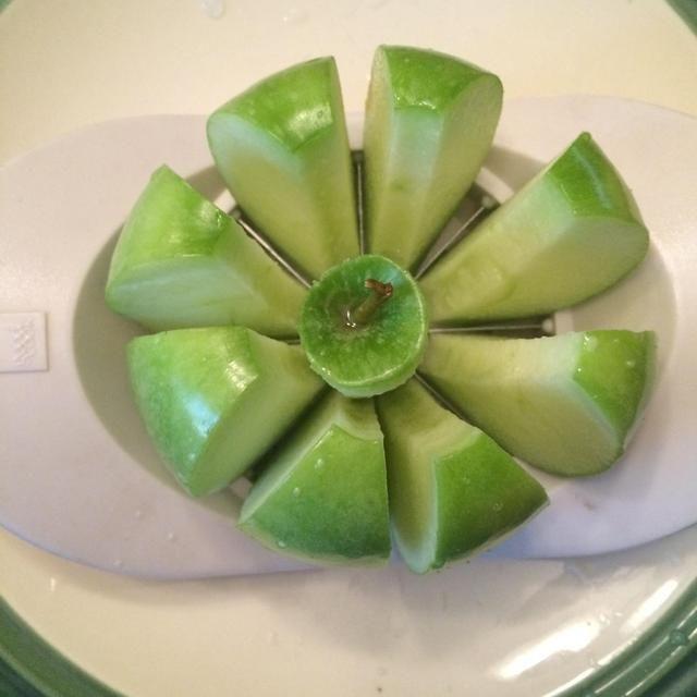 Cortar cada manzana con una máquina de cortar de la manzana.