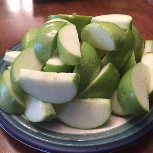 Coloque todas las rodajas de manzana en un plato.