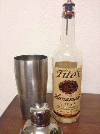 Añadir 1 1/4 onzas (un tiro) de su vodka favorito en el Shaker / colador.