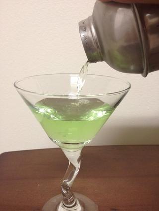 Cuele el contenido del colador en la copa de Martini.