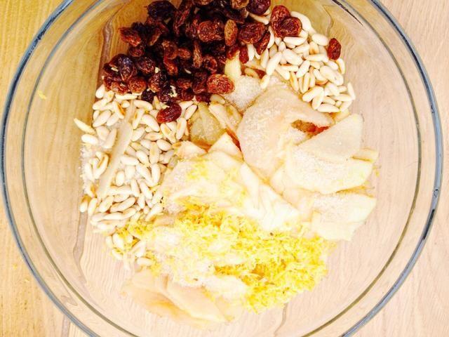 Core las manzanas y cortarlas en rodajas finas. Añadir piñones, pasas, ralladura de limón y el pan rallado.