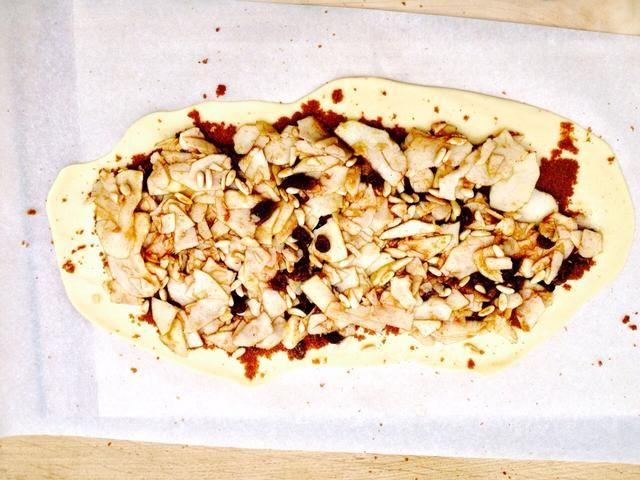 Añadir las manzanas y enrollar la masa en una gran salchicha. Asegúrese de cerrar bien.