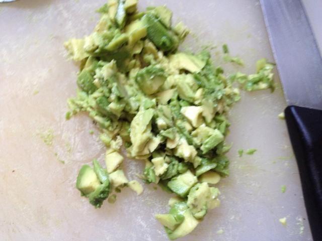Añadir el aguacate a la ensalada de huevo