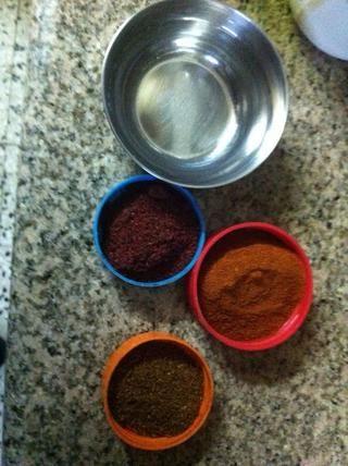 Consigue 3 pequeños cuencos y añadir un poco de zumaque, pimentón y comino en ellos. A continuación, obtener un pequeño tenedor y lo mojará en el agua, y luego en una de las especias y luego sumergirla en el hummus, mantenga alterna w / especias.