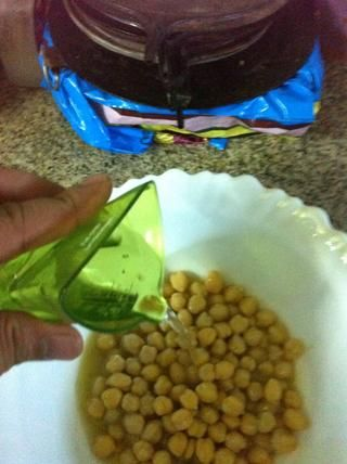 Agregue el agua, si're using fresh chickpeas and have reserved the broth left from the cooking process, then use the broth instead of the water. It carries more flavor!