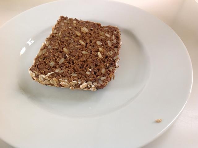 Coloque la primera rebanada de pan en un plato