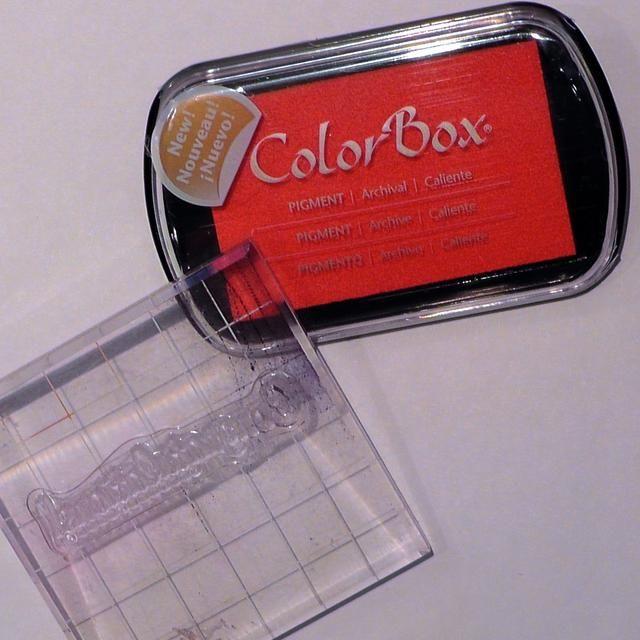 Elija una tinta de coordinación. Solía ColorBox Pigmento en Caliente.Then escoger un sentimiento. Ideas: Un sello, una etiqueta engomada del G45, o su propia escritura